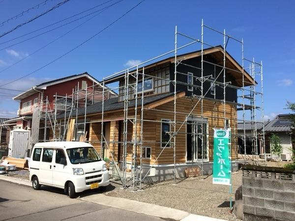 下川東の家、セルロースファイバー施工中。
