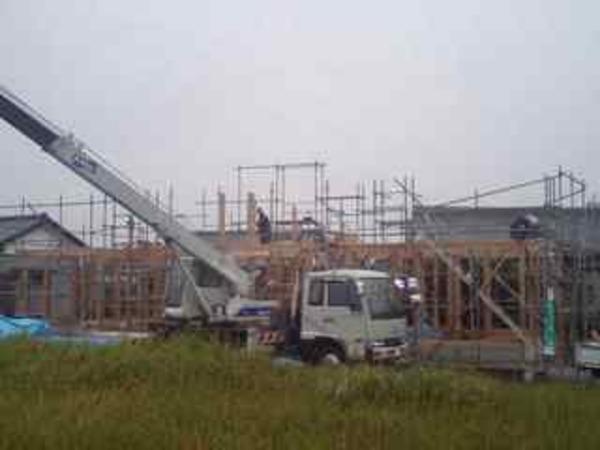 末吉町現場 クレーン車による建て方初日は雨降り